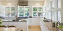 item2.rendition.slideshowWideHorizontal.white-kitchens-03