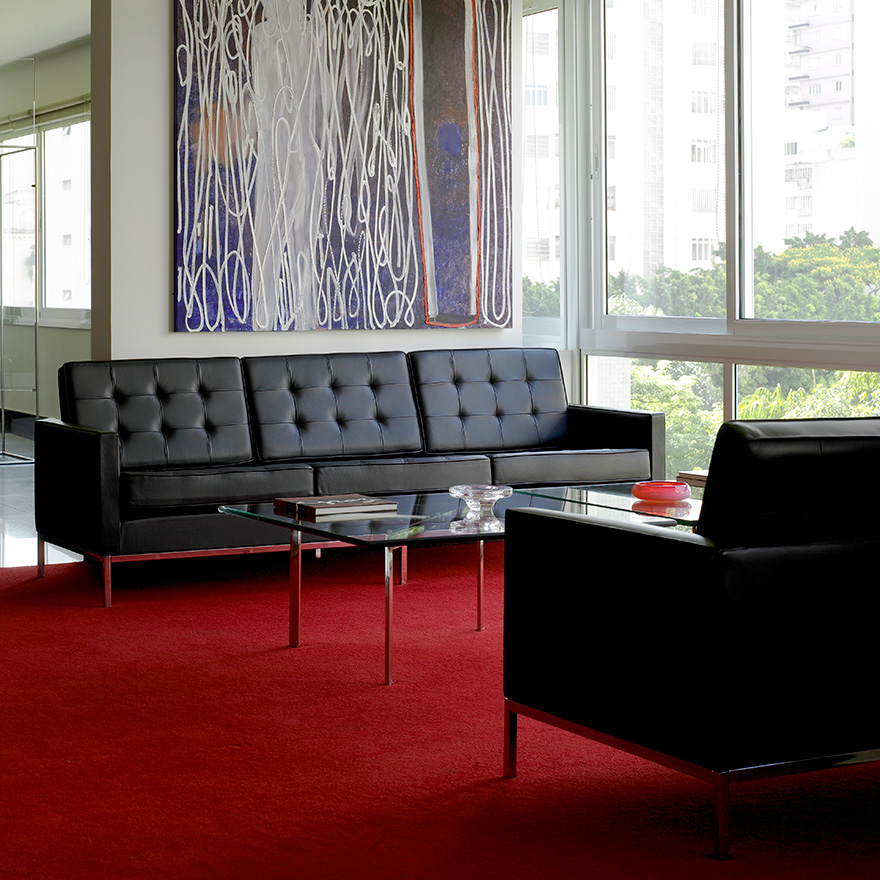haute furniture knoll sofa for a modern space. Black Bedroom Furniture Sets. Home Design Ideas