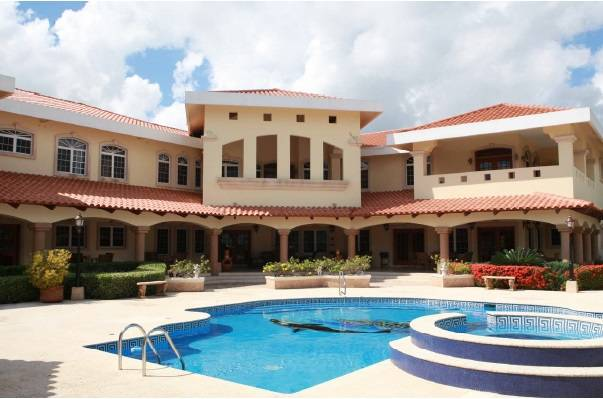# 2112 – BEAUTIFUL SEVEN BEDROOM HOUSE + CARIBBEAN SEA FRONTAGE