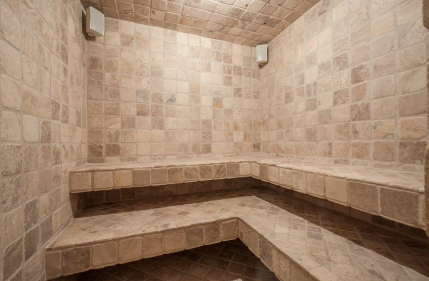 3468 Crest Court West has a dry sauna and steam room.