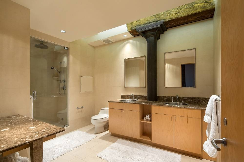 Orlando-Bloom-bathroom