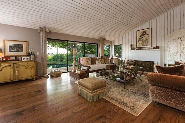 Shannen-Dohertys-living-room-826f1d