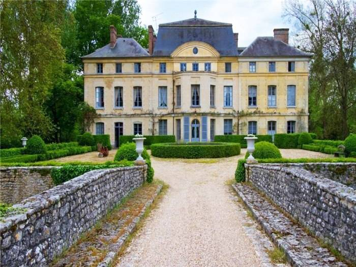 Catherine-Deneuve-Chateau