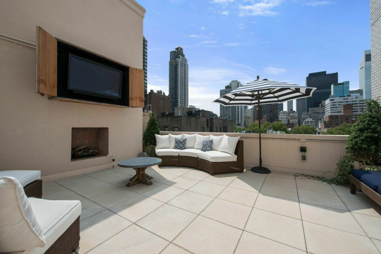 The Justin penthouse offers expansive views of Manhattan.