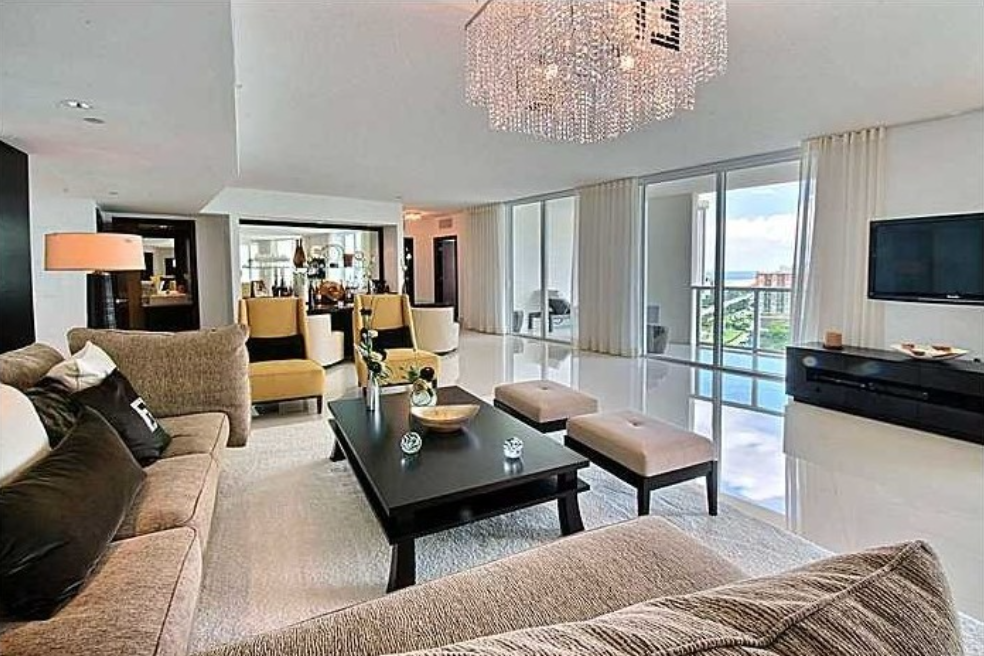 Boxing champion Floyd Mayweather Jr.'s penthouse  is 3,020 square feet.