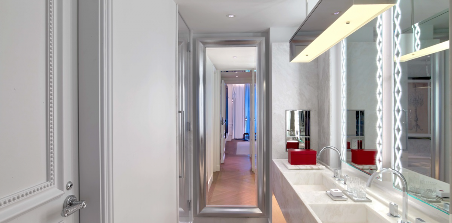 Architects and designers paid strict attention to the tiniest details. For instance, most surfaces of the hotel and residences reflect light, including door knobs.