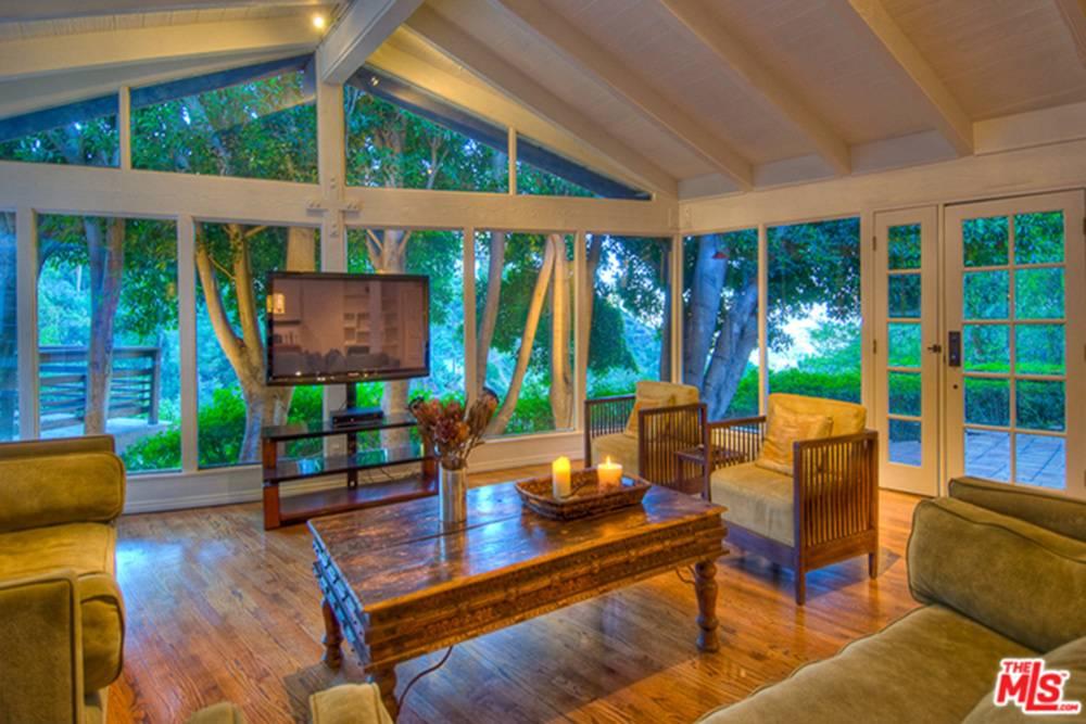 July2015-Trulia-Rent-Salma-Hayeks-Hollywood-Hills-Hideaway-Living-Room