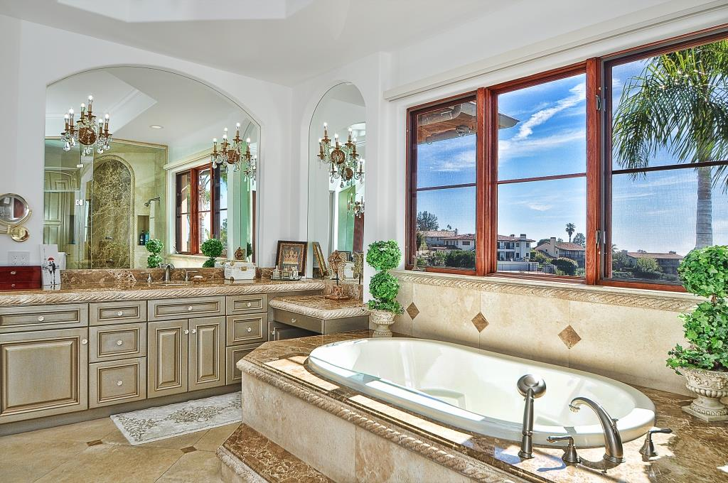 38 Master tub secondy vanity
