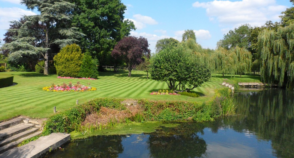 Lawns and river French Horn Sonning.