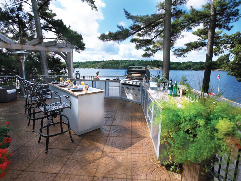 Outdoor Luxury Kitchens
