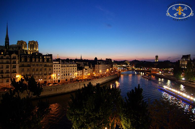 2-Paris-Ile-Saint-Louis-Stuning-night-view-River-Seine-Luxury-apartment-Camelia