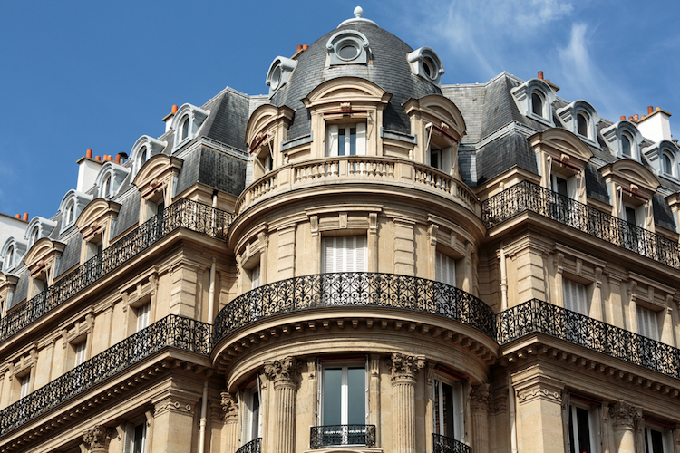 Facade,Of,Typical,House,With,Balcony,In,16th,Arrondisement,Of